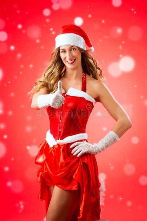imagenes de disfraces de santa claus para mujeres mujer joven atractiva en el traje de santa claus con los
