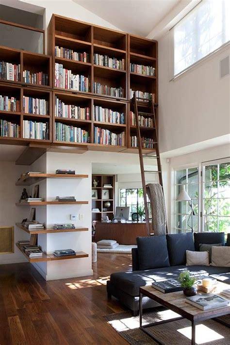 home library ladders interior design ideas 実用性と遊び心の融合 壁面一杯に作り付けられた巨大本棚 住宅デザイン