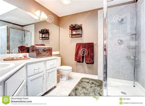 Badezimmer Kasten by Badezimmer Mit Dekorativem Antikem Kasten Stockfoto Bild