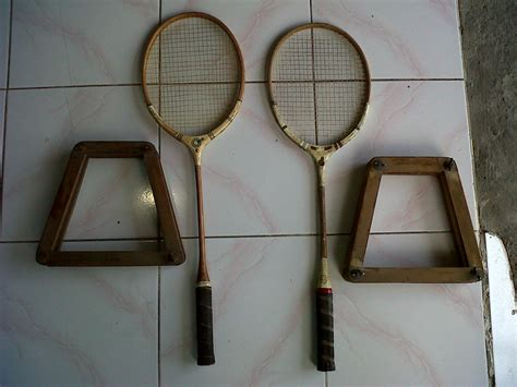 Raket Sepasang bobo and curios sepasang raket badminton merk orient crown made in denmark