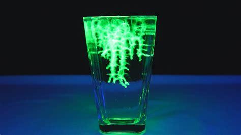 uv experiment water balz mit leuchtendem wasser uv licht experiment