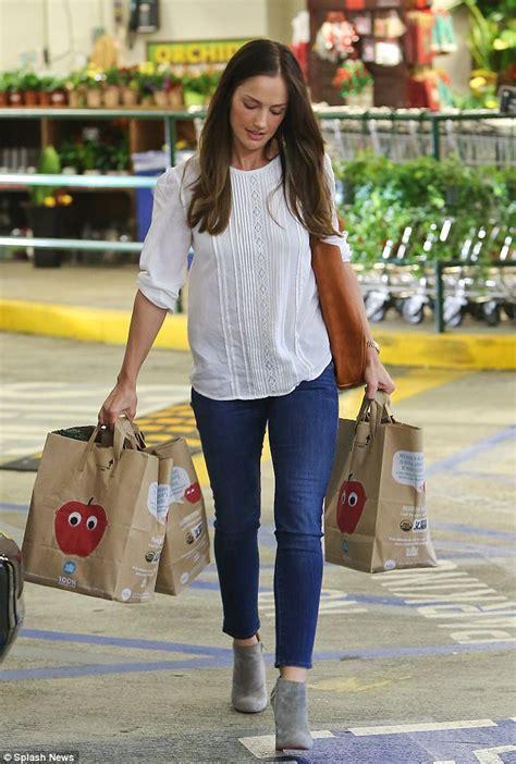Split Valance Minka Kelly Turns A Trip To The Supermarket Into A