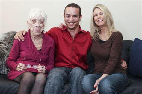 Spende 32mila Dollari Per mamma ti presento la mia fidanzata ha solo 91 anni foto