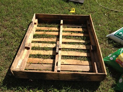 How to Make a Raised Bed Out of Pallets ? this nomad