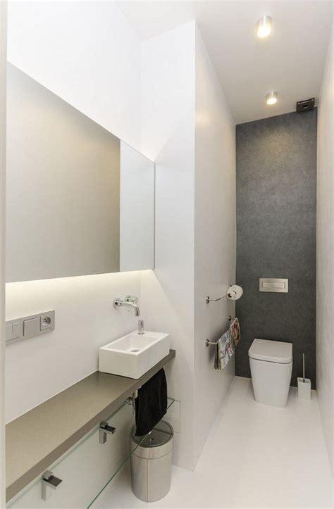 uzkou toaletu opticky rozsiruje velke zrcadlo