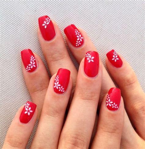 decorazione unghie fiori unghie rosse decorate con fiorellini bianchi tutto nail