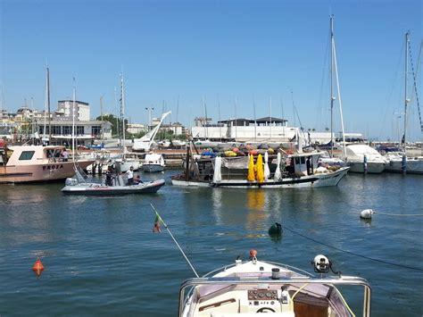 capitaneria di porto marina di ravenna mareggiata a cervia affondate quattro imbarcazioni nel