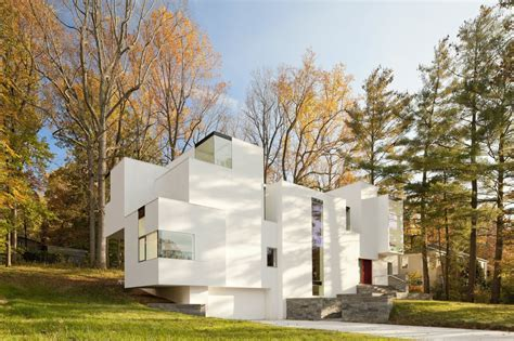 Irregular Shaped House Explores Ambiguous Modern