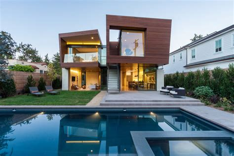 Split House in California Offers Sustainable Summer