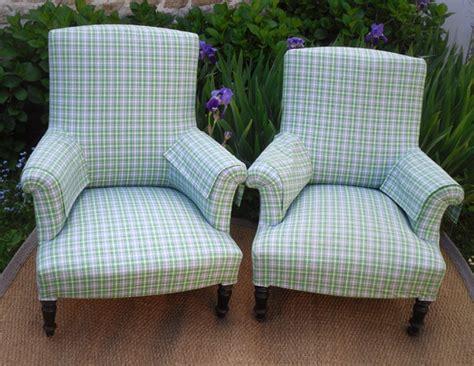 fauteuil anglais en tissu paire de fauteuils anglais garnis d un joli tissu designers guild