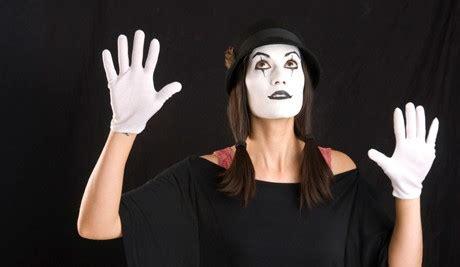 Hitam Di Balik Putih makna hitam putih di balik kostum pantomim
