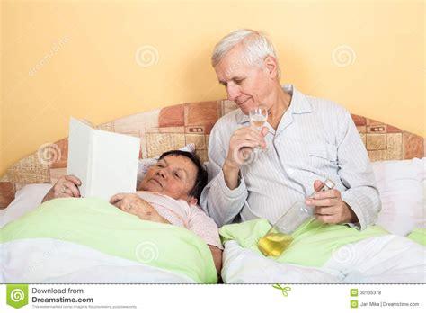 was wollen ltere m nner im bett lustige senioren entspannen sich mit alkohol im bett