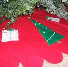 how to make a scalloped tree skirt free scalloped tree skirt tutorial peek a boo pages patterns fabric more
