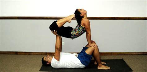 imagenes comicas de yoga enfocar im 225 genes de posturas de yoga en pareja y guardar