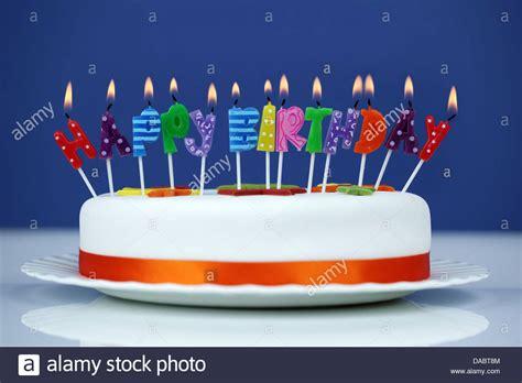 candele buon compleanno buon compleanno candele sulla torta foto immagine stock