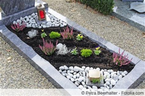 wie ein familienzimmer gestaltet pflegeleichte grabgestaltung mit steinen und pflanzen