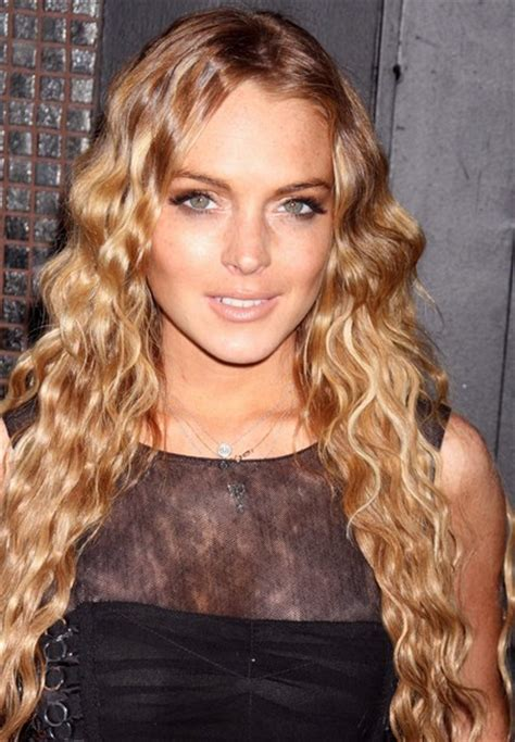 lindsay lohan with medium ash blonde hair very long and curly source hairstyles7 net lindsay lohan curly