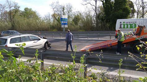 perde controllo auto su 7bis e finisce contro incidente in superstrada perde il controllo dell auto e