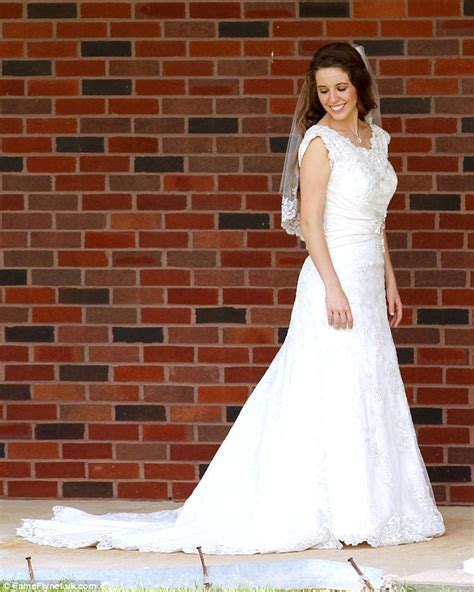 Jessa Duggar Wedding Ring Design by Duggar Shows Cleavage And Shoulders In Wedding Gown