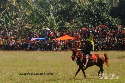 Sho Kuda Asli liburan menonton festival pasola untuk shio kuda