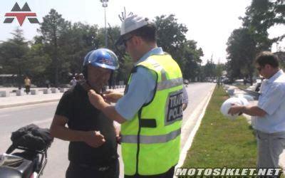 polis ceza kesip kask hediye etti