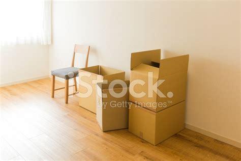 sedia di cartone sedia e la scatola di cartone fotografie stock