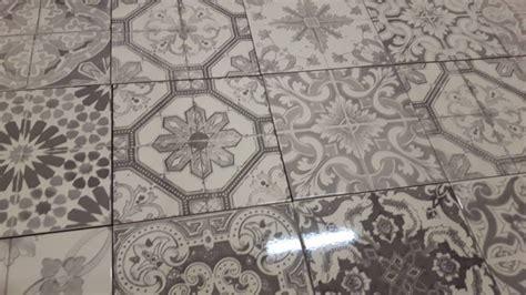 wandfliesen küche retro wohnideen wohnzimmer grau braun
