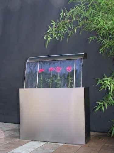 design garten wasserbrunnen gartenduschen wasserschwall