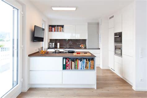 moderne küche moderne k 252 che hochglanz wei 223 mit granitoberfl 228 che grifflos