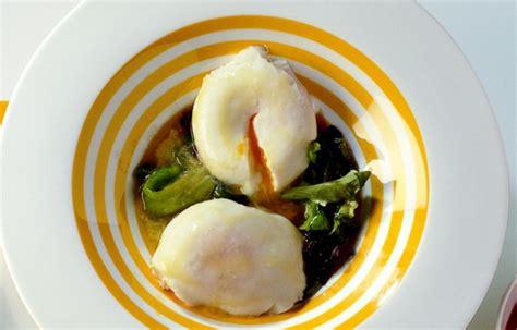 cucinare uova in camicia ricetta uova in camicia su lattughini saltati le ricette