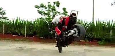 un demi tour sur la roue avant en moto planete buzz