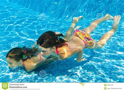 imagenes niños nadando los ni 241 os nadan bajo el agua en piscina fotos de archivo