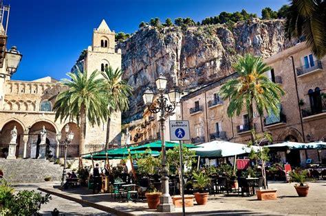hauptplatz in cefalu stadt sizilien italien stockfoto