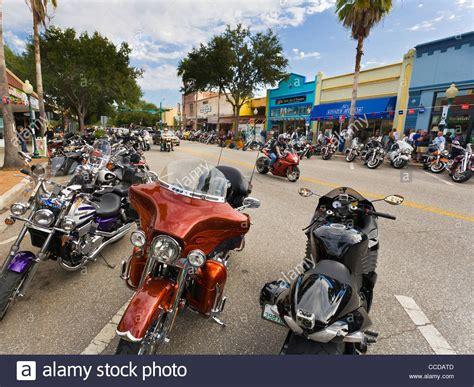 Parken Mit Motorrad by Motorr 228 Der Parken Auf Der W 228 Hrend Der Donner