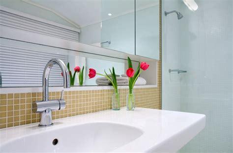 como decorar banheiro flores artificiais vasos de flores artificiais para banheiro modernas e