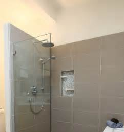 pose du carrelage mural pour des travaux de salle de bain