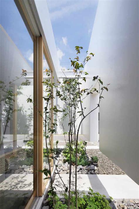 house  floating facade glass walls  interior courtyard