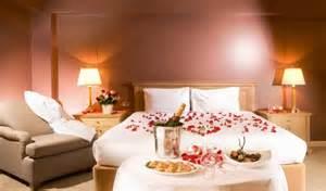 Deco Chambre A Coucher #1: deco-romantique-chambre-coucher-p%C3%A9tales-champagne-fleurs.jpg