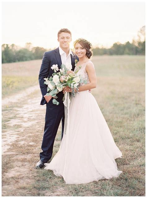 Best 25  Bride groom poses ideas on Pinterest   Wedding