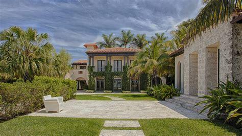 matt damon mansion miami beach living room luxuo matt damon sells miami beach mansion for 15 million