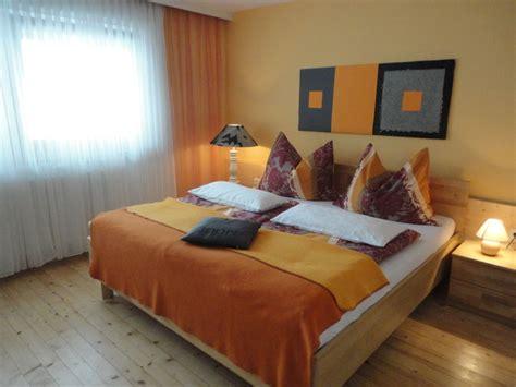 schlafzimmermöbel echtholz wandgestaltung schlafzimmer lila
