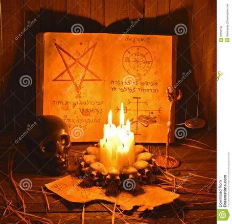 riti con candele riti satanici 2 ombre immagine stock libera da diritti
