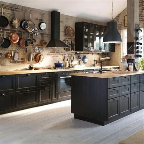 black cabinet kitchen ideas drewno i czerwone ceg蛯y w czarnej kuchni z wysp艱 zdj苹cie