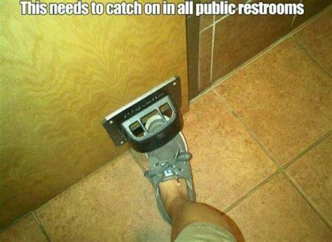 papieren handdoeken toilet voet deuropener restaurant toiletten pinterest funny