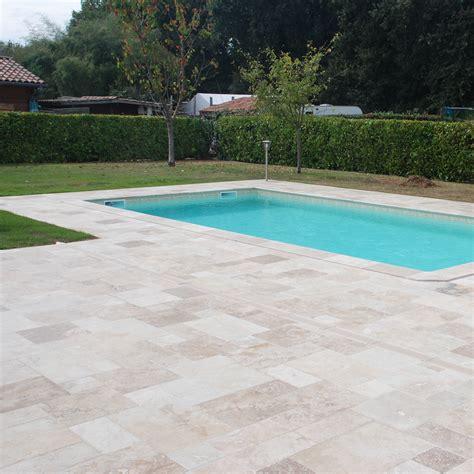 terrasse travertin terrasse travertin rustic avec margelles de piscine