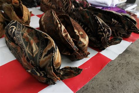 Ikat Kepala Bali Udeng Jadi udeng ikat kepala khas kaum pria pulau dewata