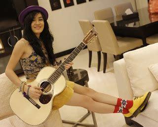 wallpaper handphone cantik foto cewek cantik dengan gitarnya zona info dunia