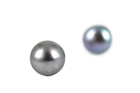 boucles d oreilles en noires grises