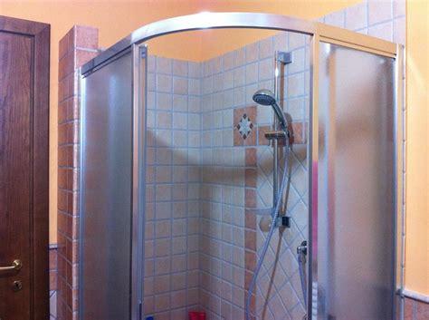 box doccia con sedile bagno in muratura doppio lavabo e doccia semicircolare con