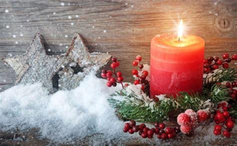immagini di candele natalizie candele natalizie idee semplici per decorere la casa leitv